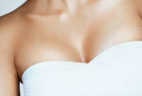 ¿Hay cicatriz visible en los pechos operados?